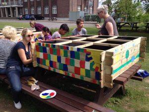 Paria-Stiftung baut Hochbeete in Flüchtlingswohnheim