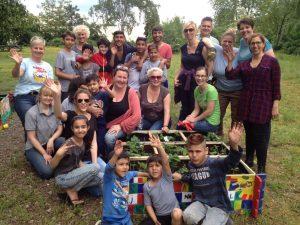 Zusammen etwas erreichen: Hochbeet-Aktion der Paria-Stiftung für ein Flüchtlingswohnheim