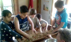 Selbst Brotteig kneten bei der Tabalugahaus-Ferienfreizeit