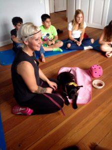 Der Therapiehund Jenna ist sehr beliebt bei den Kindern