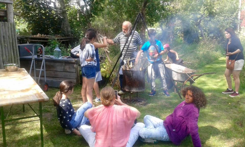 Zusammen Spaß haben, grillen, singen, lachen... das sind die Ferienangebote der Paria Stiftung.