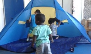 Ein Spielzelt für die Kleinen während des Deutschkurses von der Paria Stiftung.