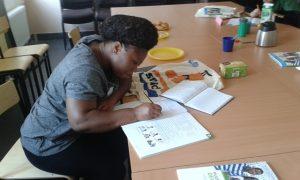 Lernen im Deutschkurs der Paria Stiftung