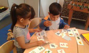 Die Kinder spielen während des Deutschkurses der Paria Stiftung