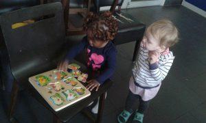 Spielspaß für die Kinder während die Mütter Deutsch büffeln