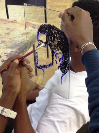 Portrait auf Glas in der Kunstwerkstatt für Flüchtlinge der Paria Stiftung.