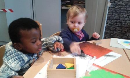 Die Kinder spielen, die Mütter lernen beim Paria Deutschkurs
