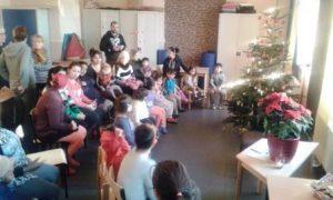 Gemeinsames Singen bei der Paria Stiftung-Weihnachtsfeier im Flüchtlingswohnheim.