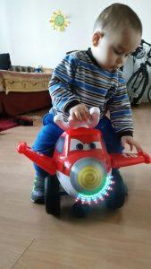 Der kleine Lukas freut sich über sein Weihnachtsgeschenk, überbracht von der Paria Stiftung.
