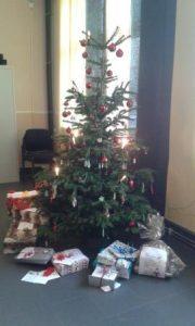 Geschenke unter dem Weihnachtsbaum von der Paria Stiftung
