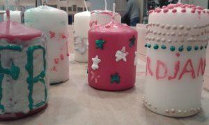 Schöne, individuelle Kerzen beim weihnachtlichen Nachmittag mit der Paria Stiftung
