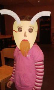 Paria Stiftung bastelt Masken mit Flüchtlingskindern.
