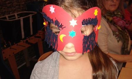 Tolle Karnevalsmasken entstehen im Flüchtlingswohnheim.