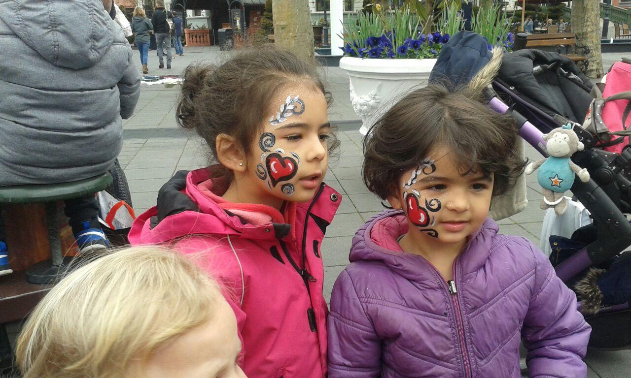 Kinderschminken im Phantasialand beim Paria Stiftung Ausflug