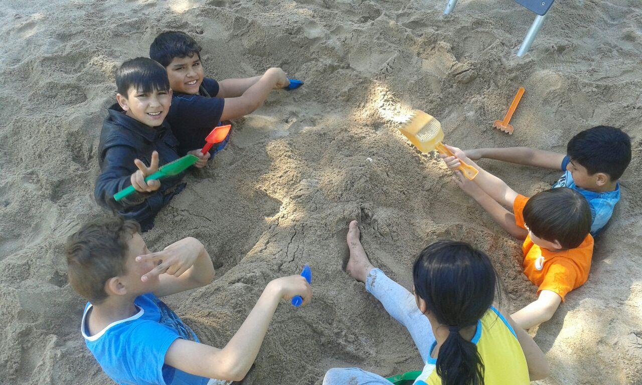 Die Kinder im Flüchtlingswohnheim freuen sich über den neuen Spielplatz.