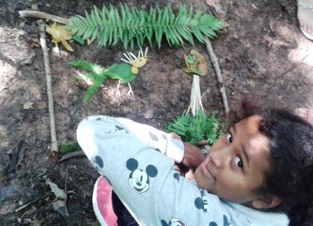 Schöne Waldbilder der Paria Kinder beim Waldausflug.