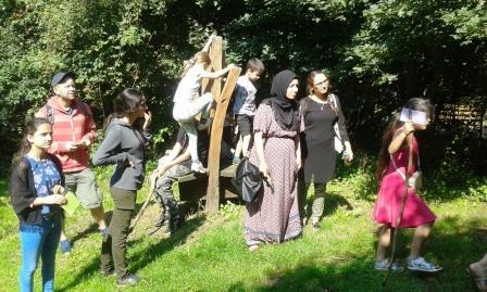 Ausflug in den Wald bei der Tabaluga-Freizeit mit der Paria Stiftung.