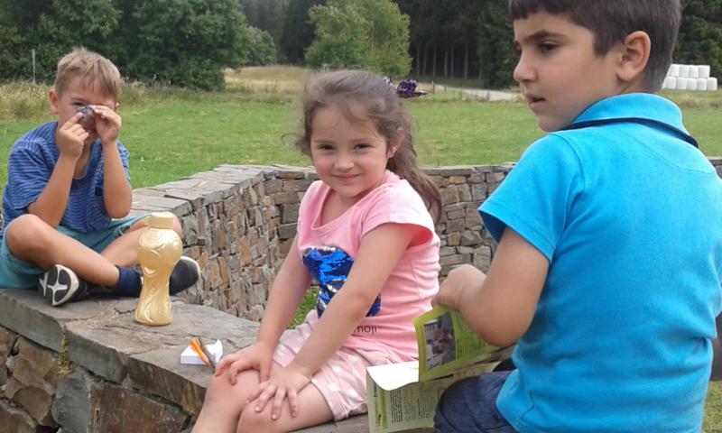 Paria Kids erkunden beim Ferienausflug römisches Kastell in der Eifel.