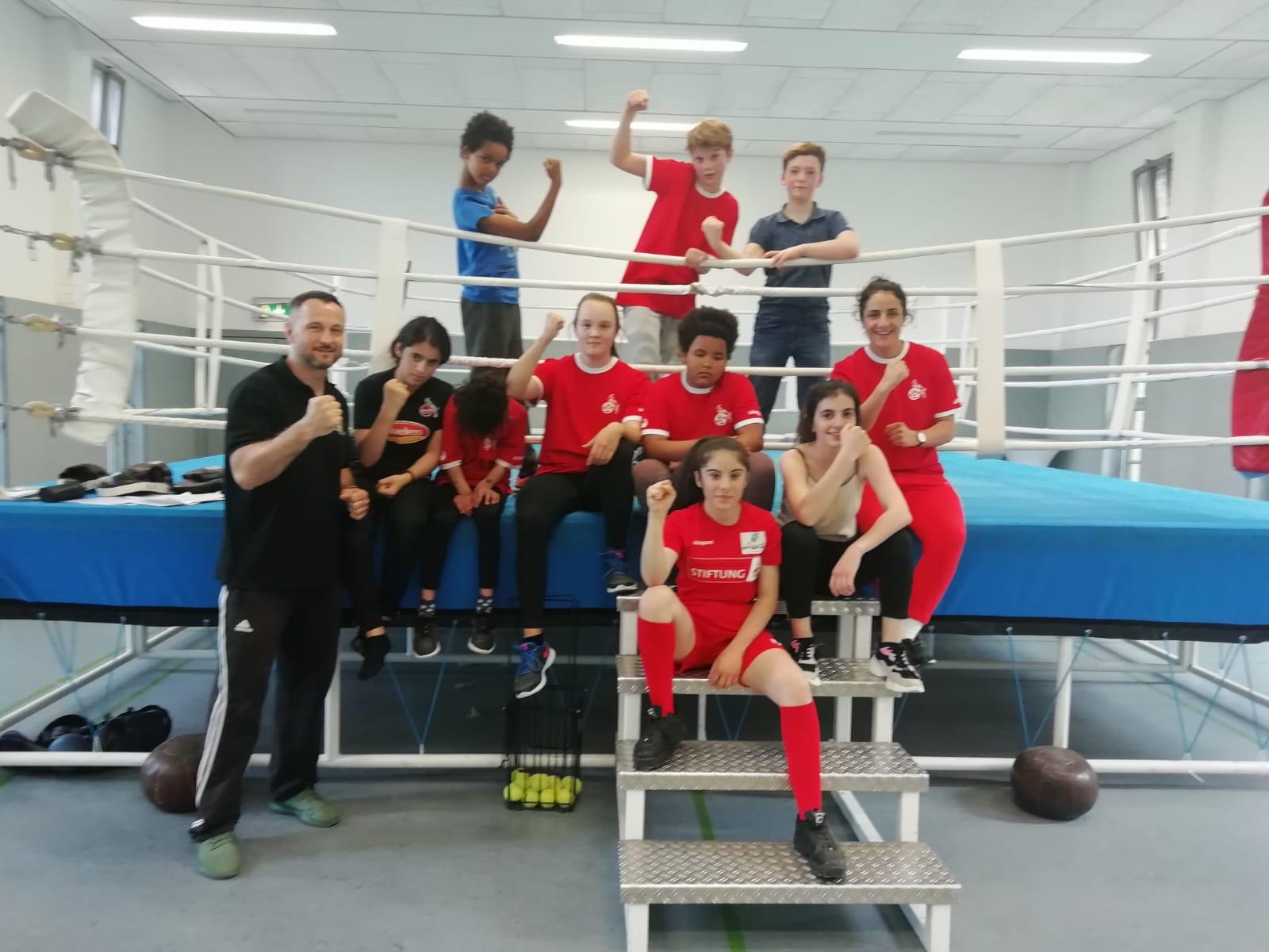 Stolz auf das vollzogene Boxtraining - die Kinder der Paria Stiftung!