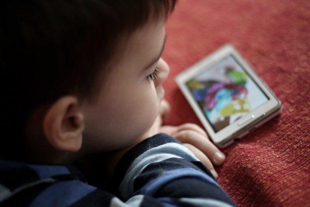Kinder werden mit dem Smartphone ruhiggestellt.