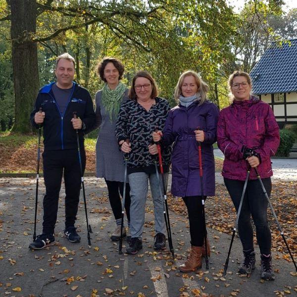 Bewegung für die Erwachsenen beim Paria-Herbstcamp auf Gut Alte Heide.