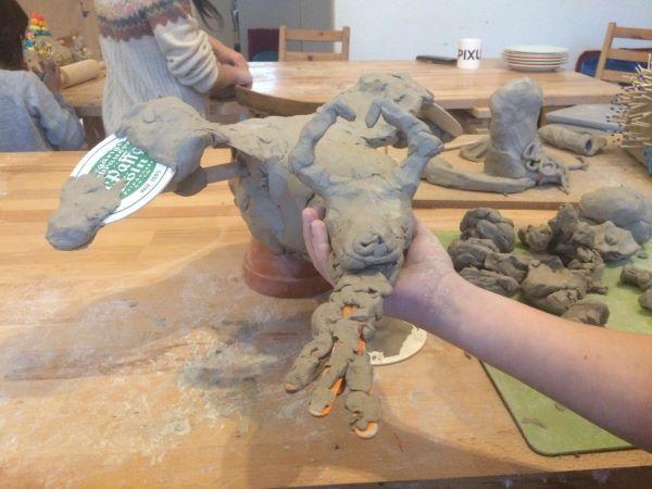 Paria Kids mit Gewalterfahrung erstellen Tonfiguren mit Geschichte im Geschützten Atelier.