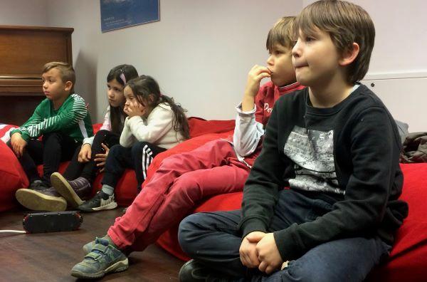 Spitzensportler vom Sportinternat des 1. FC Köln lesen für Paria-Kids