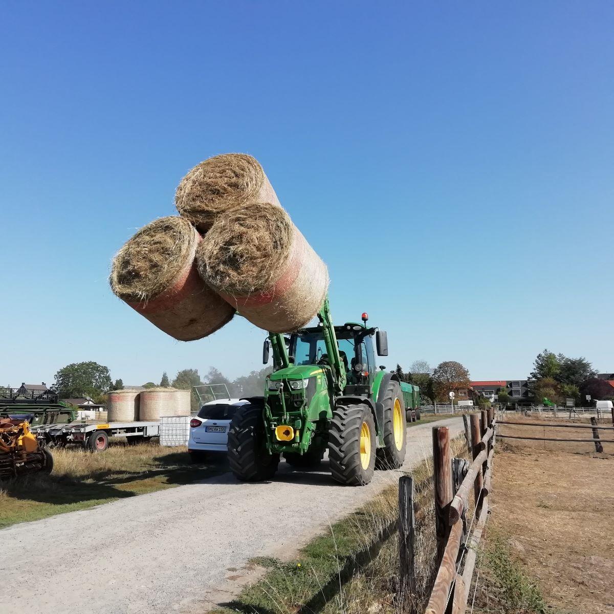 Einmal mit dem großen Traktor fahren - für unsere Paria Kids ging der Wunsch in Erfüllung.